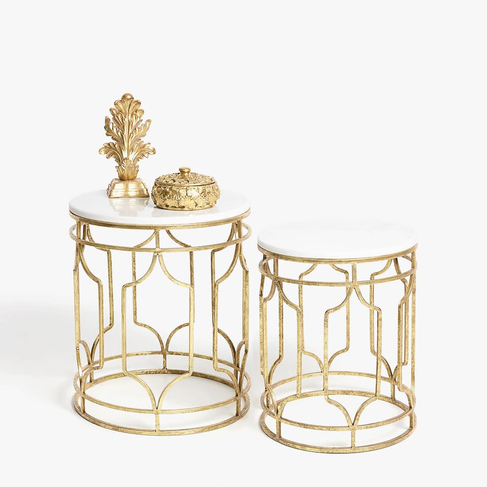 Mesa nido de mármol con patas metálicas en dorado