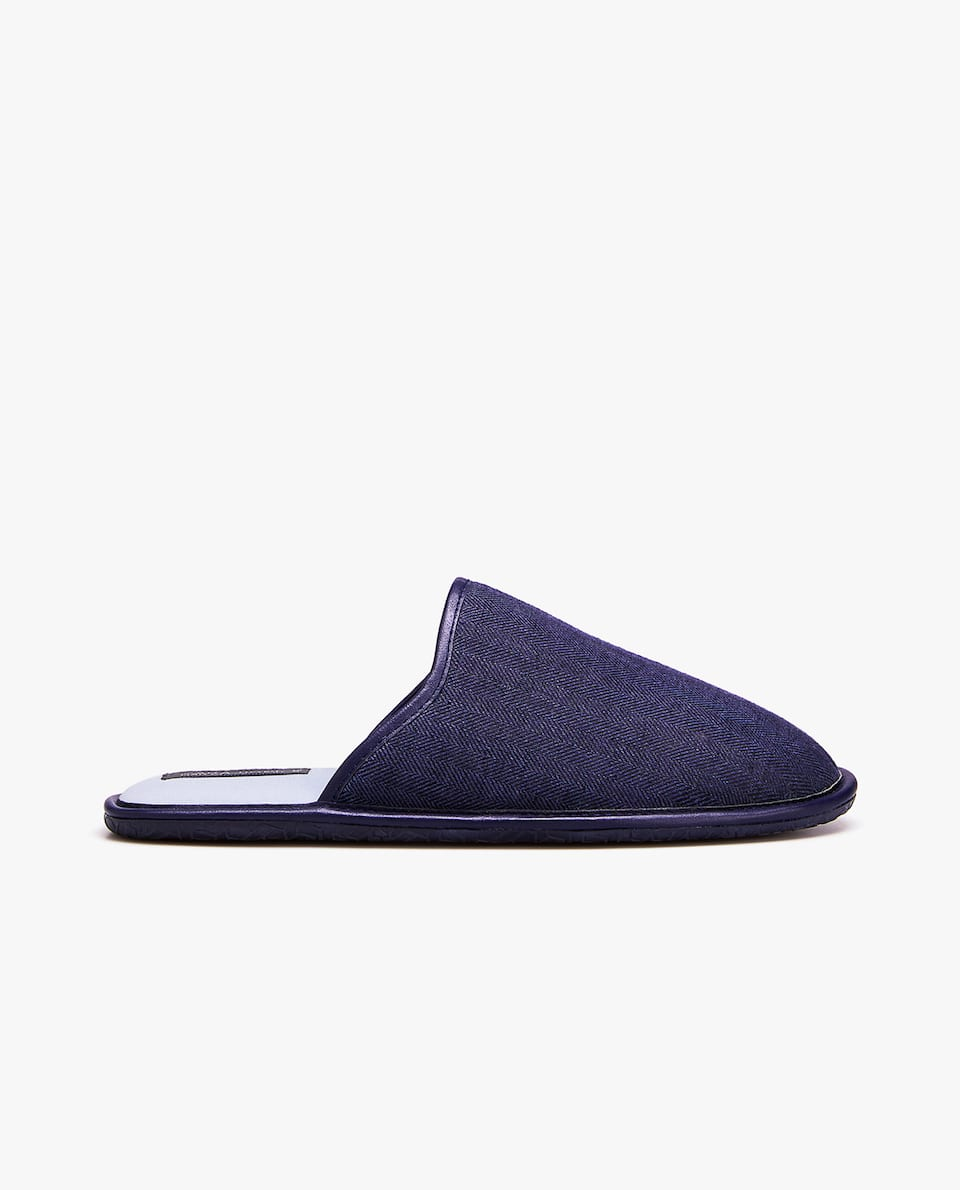 CONTRASTING BLUE SLIPPERS