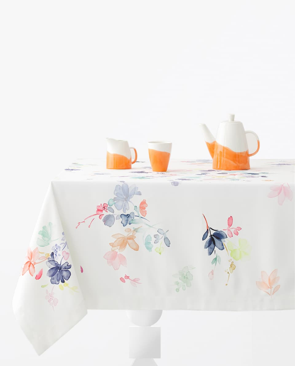 WATERCOLOUR-EFFECT FLORAL TABLECLOTH