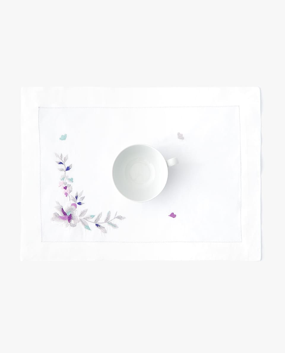 EMBROIDERED FLOWERS PLACEMAT