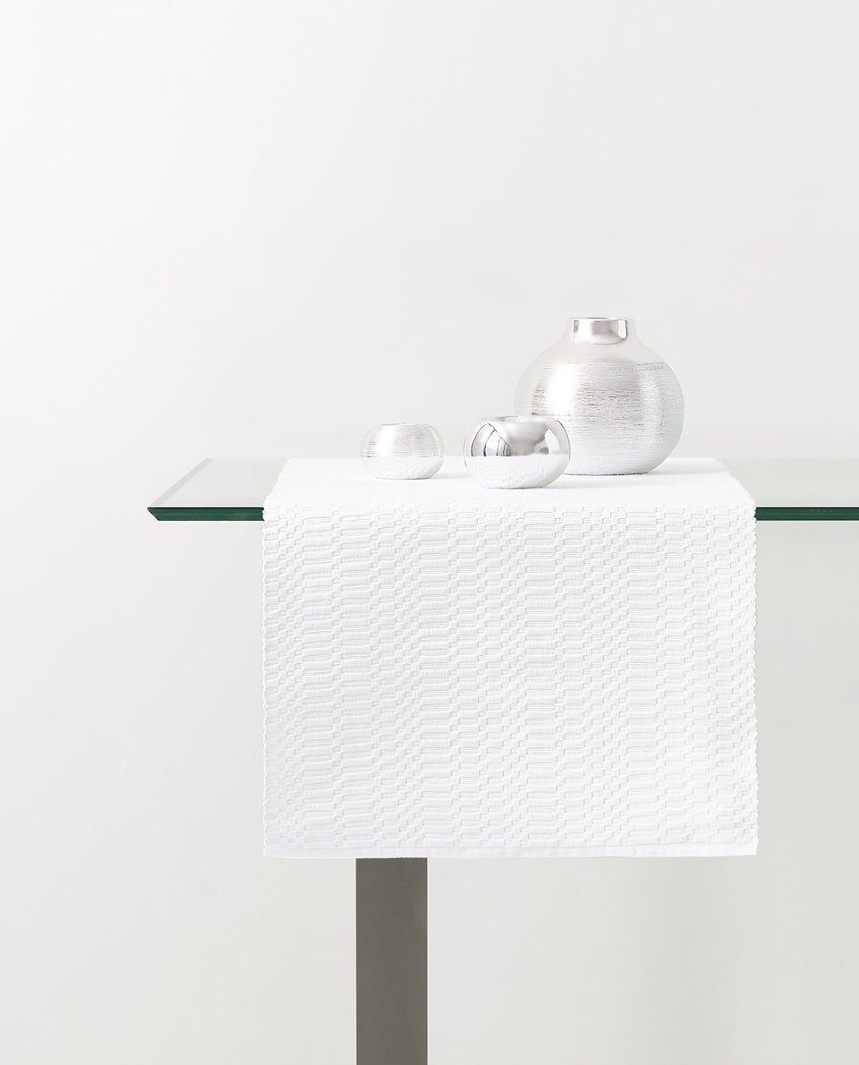 RAISED JACQUARD TABLE RUNNER