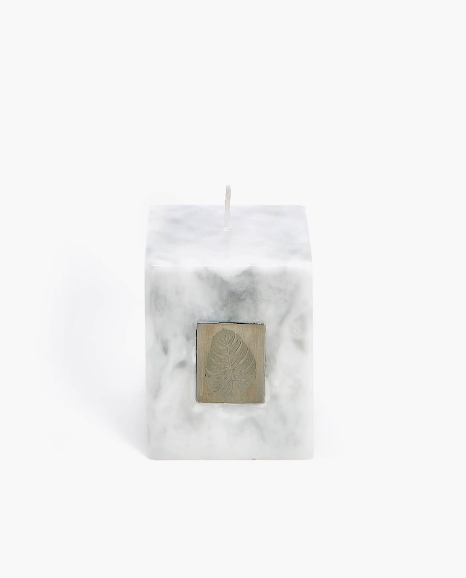 MARBLED CANDLE WITH A LEAF PLAQUE