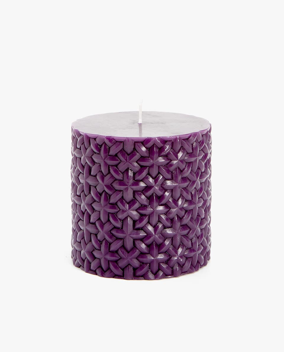 CYLINDRICAL CANDLE WITH A RAISED DESIGN