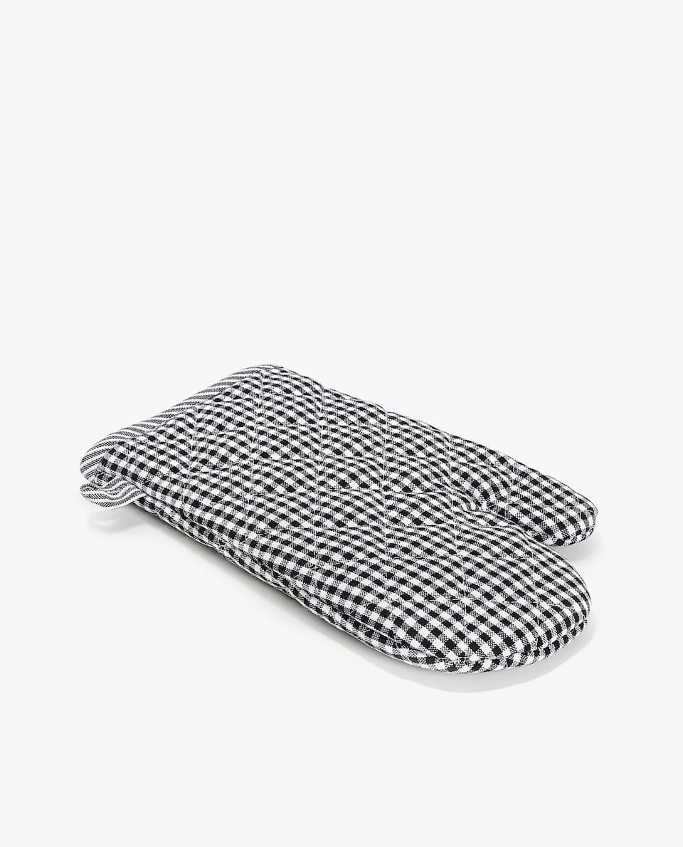 BLACK AND WHITE OVEN GLOVE