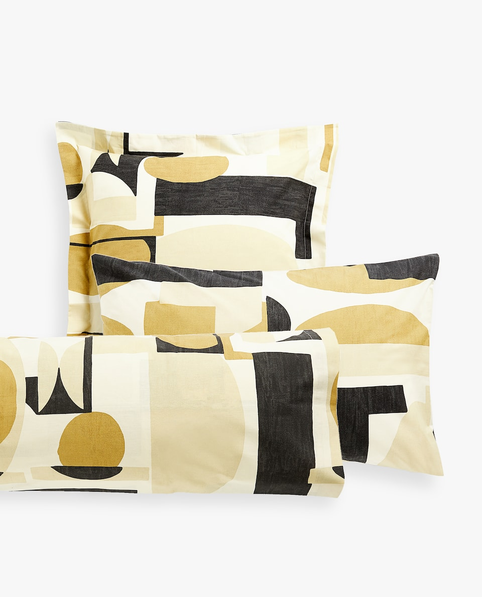 PILLOWCASE WITH OVERSIZED GEOMETRIC PRINT