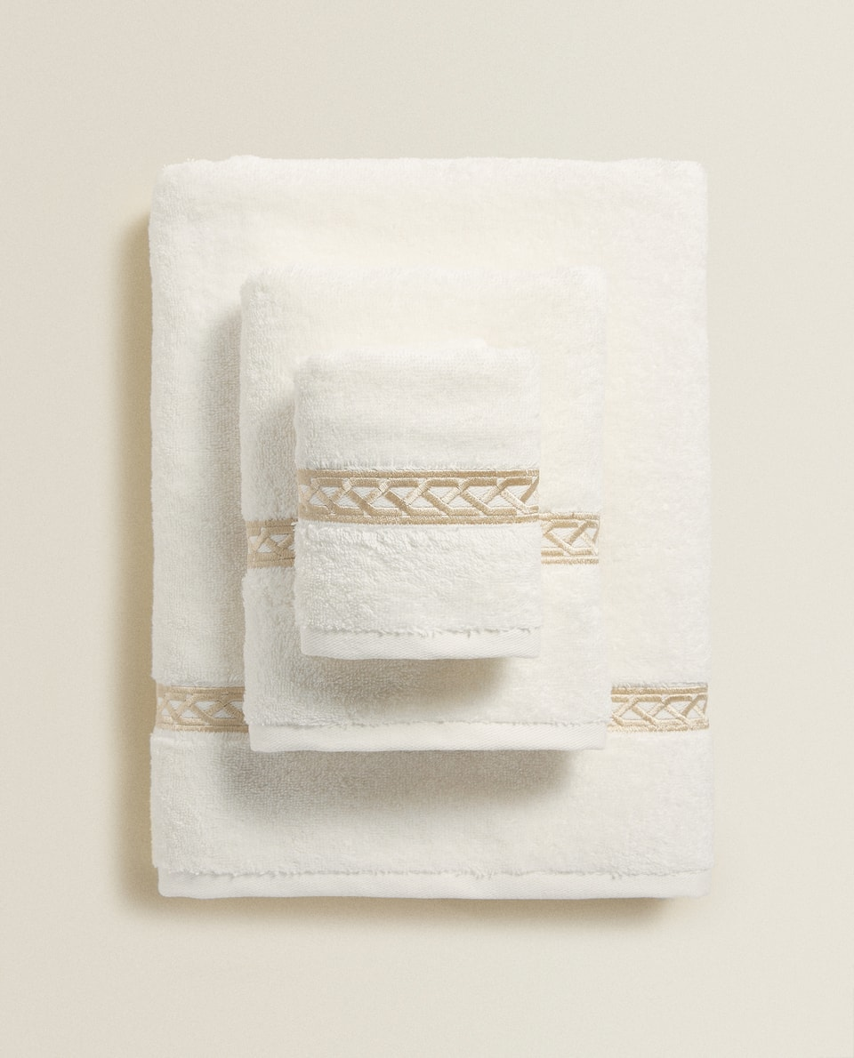 TOWEL WITH EMBROIDERED CHAIN