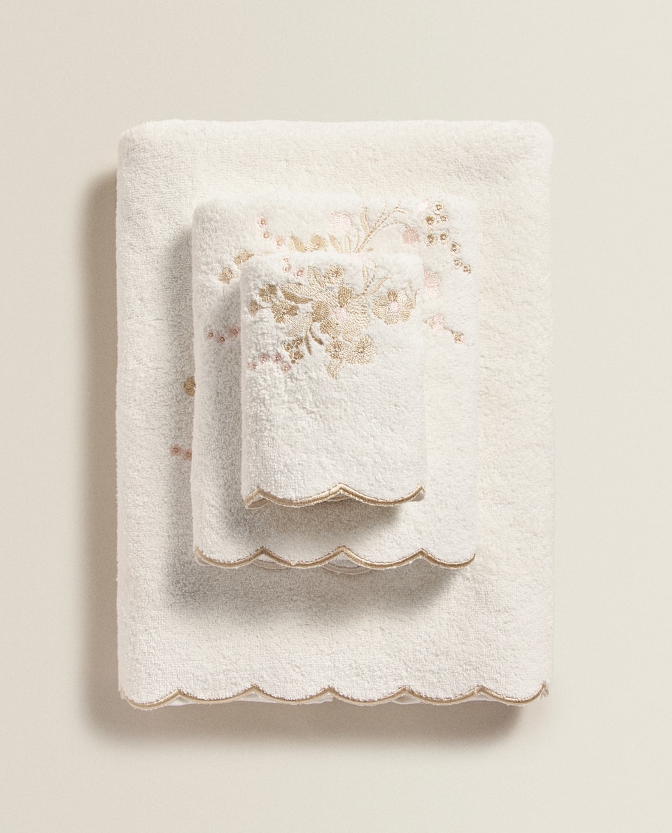 SCALLOPED TOWEL WITH EMBROIDERY