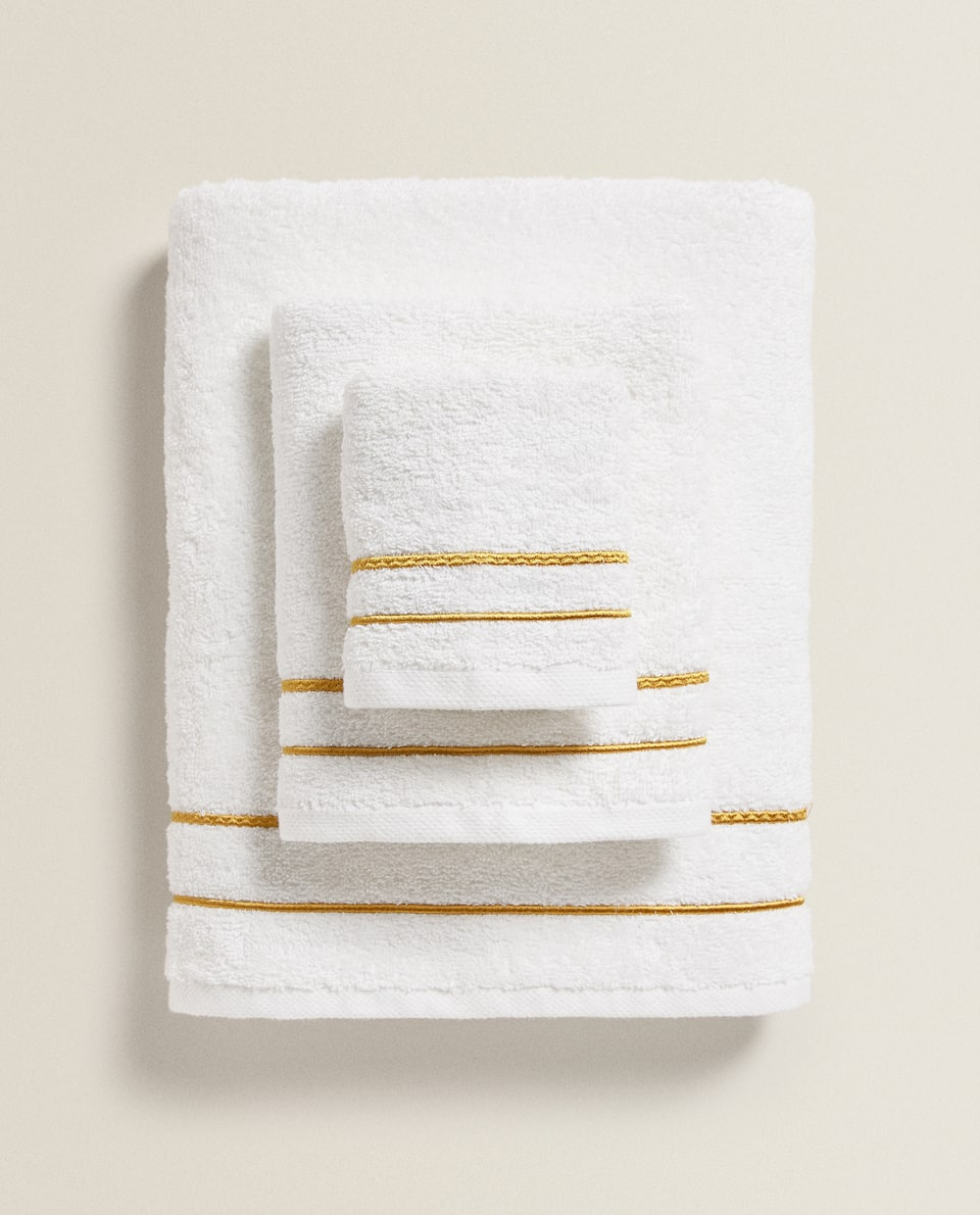 TOWEL WITH DOUBLE SCALLOPED EDGE