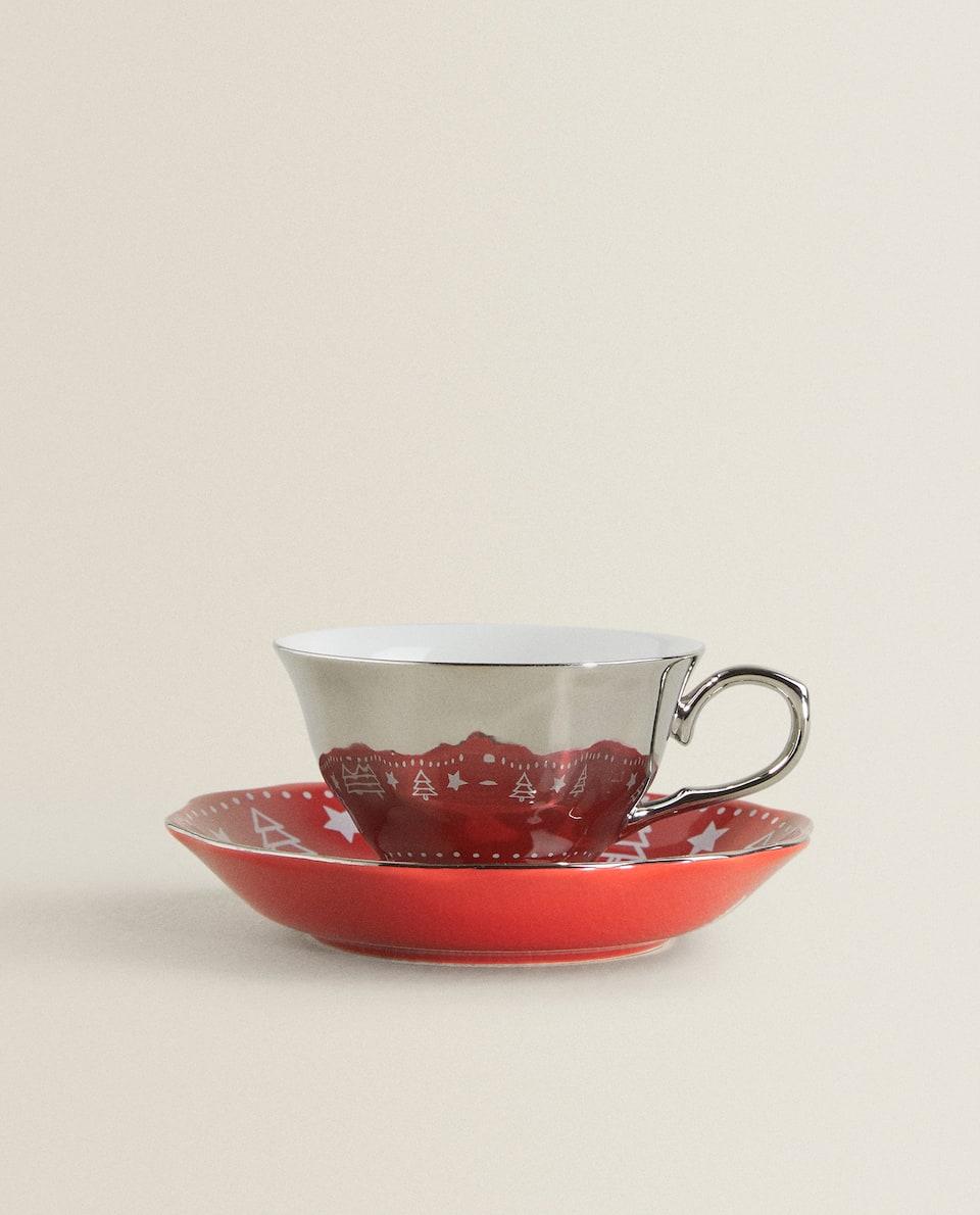فنجان شاي وصحن بمظهر المرآة