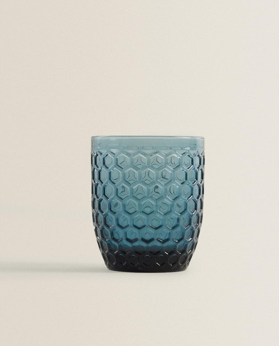 كأس من الزجاج مع خلية نحل ناتئة