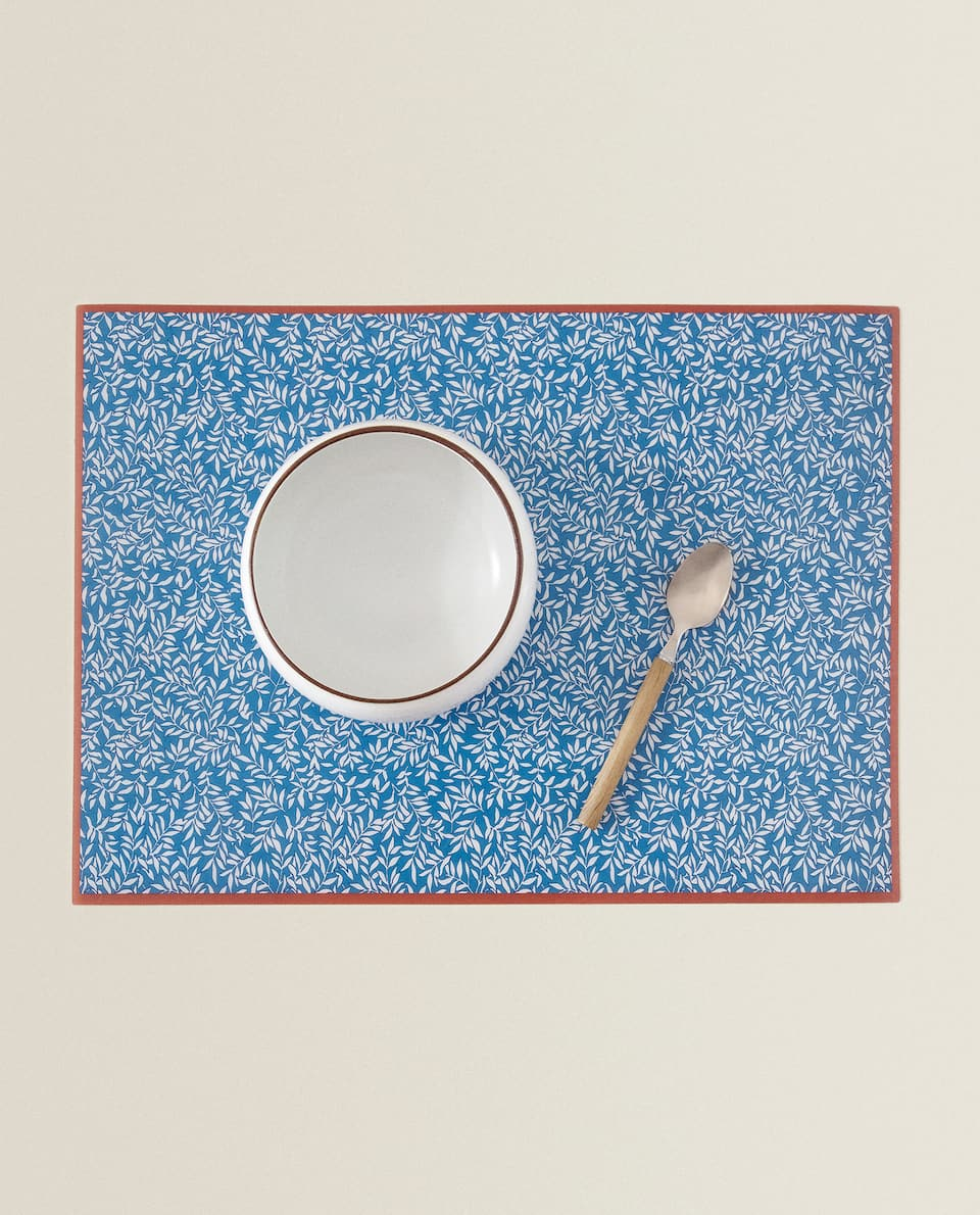 PLASTIC PLACEMAT WITH A MINI LEAF PRINT