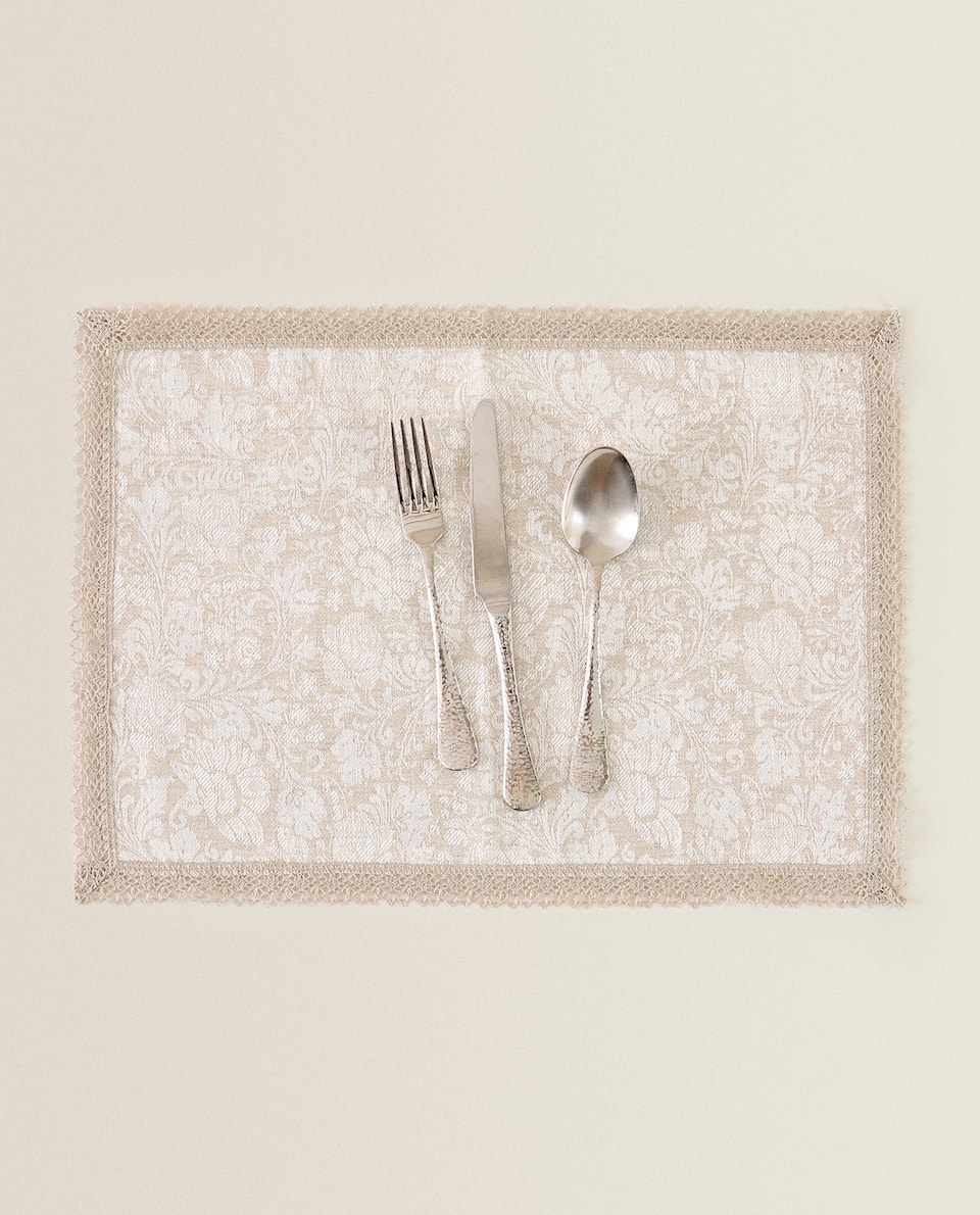 LACE-TRIMMED LINEN PLACEMAT
