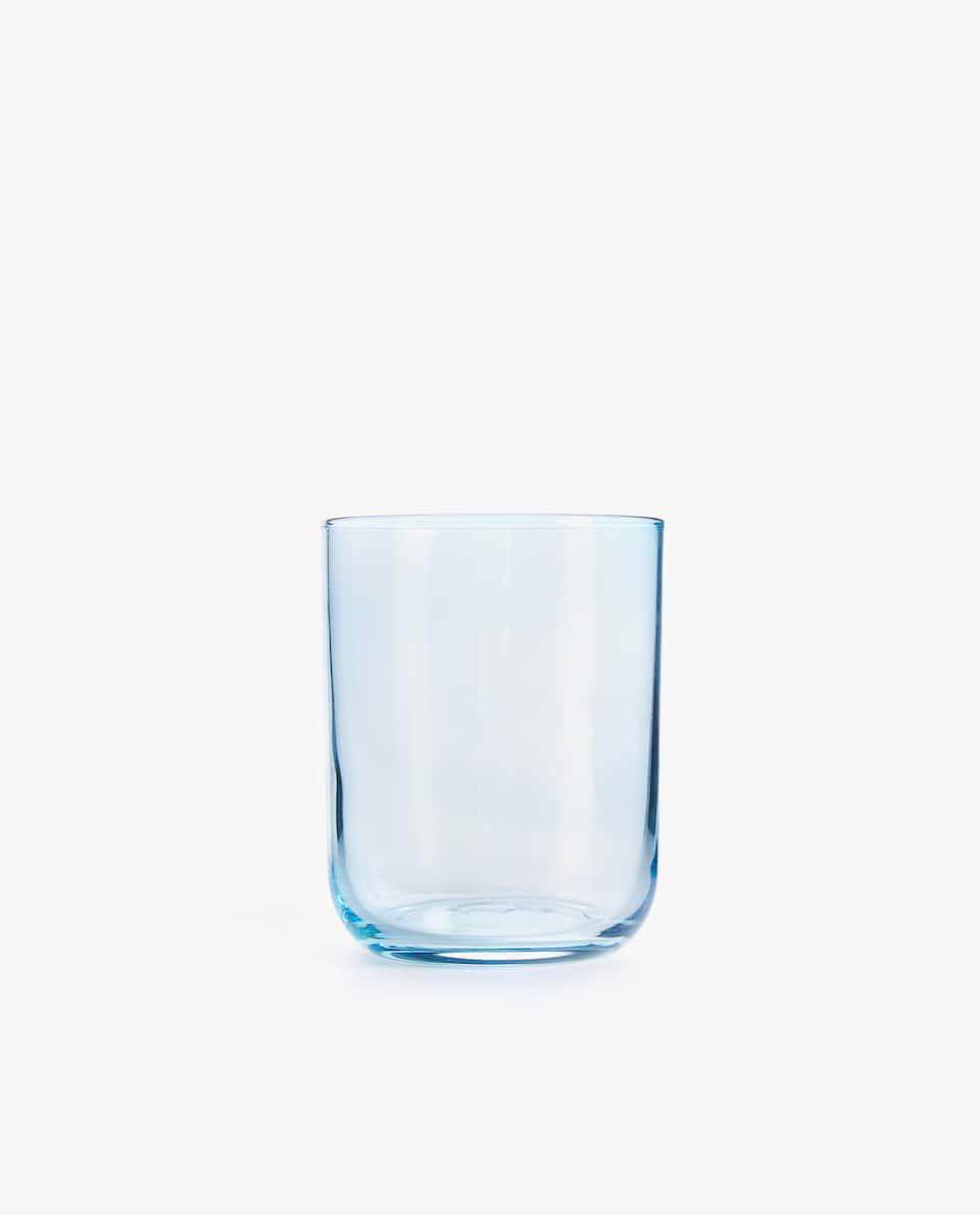 كأس من الزجاج ملوّن