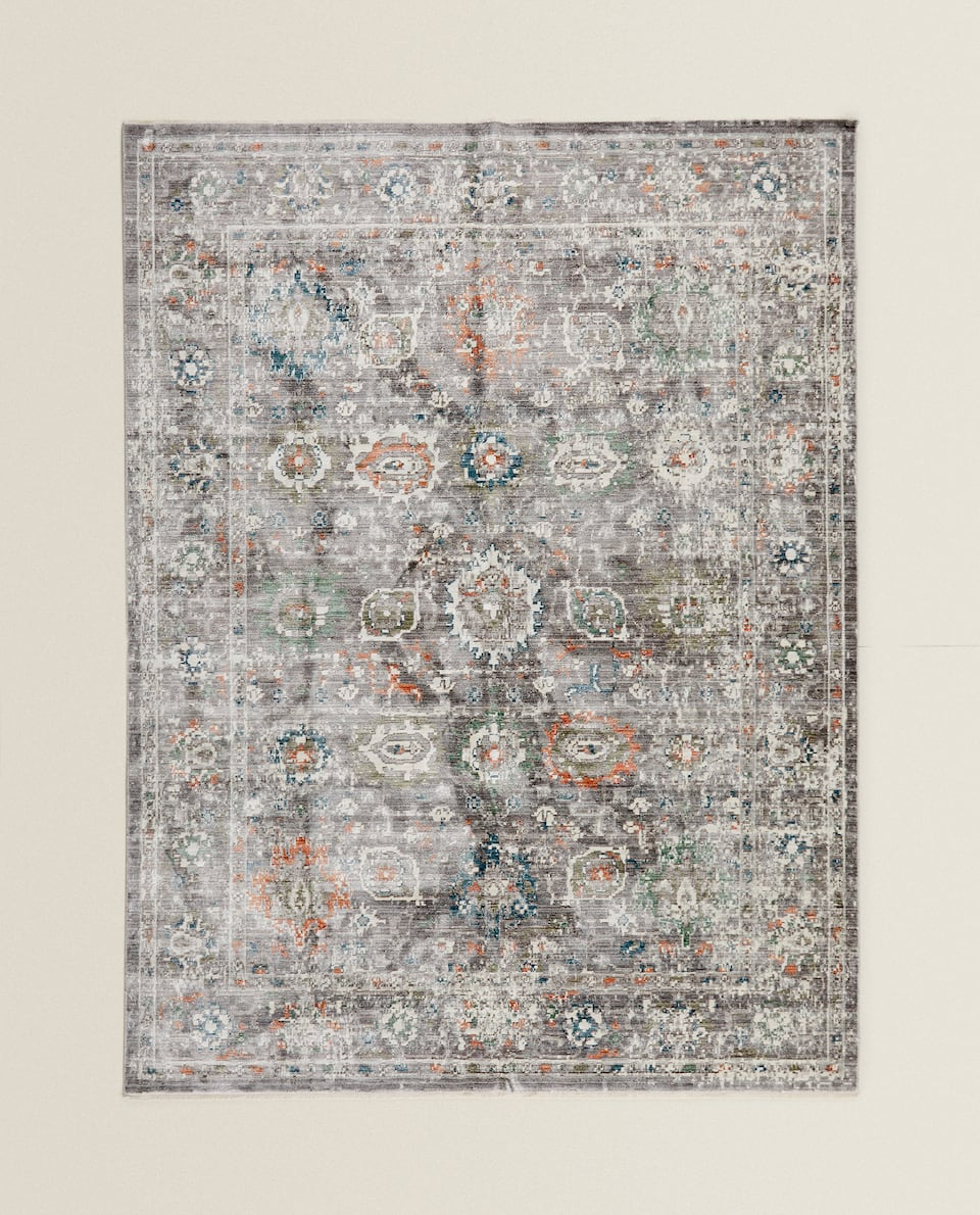 RUG WITH GEOMETRIC PATTERN
