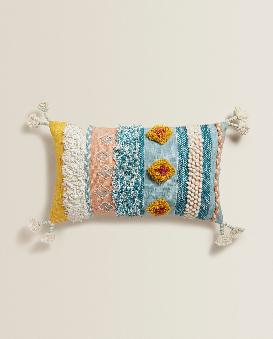 APPLIQUÉ CUSHION COVER WITH POMPOMS (50 x75 cm)