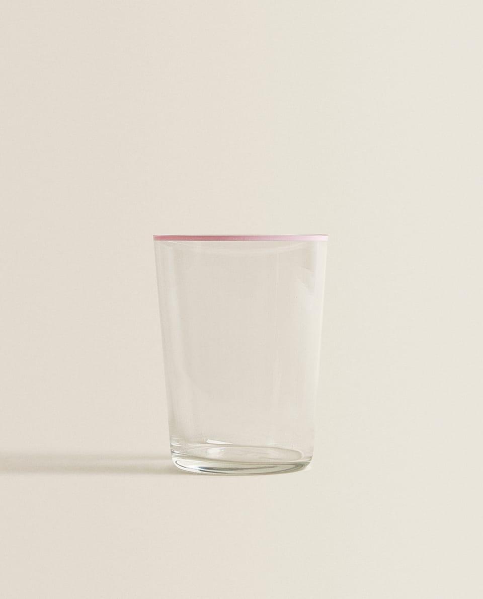كأس مرطبات بحواف ملونة