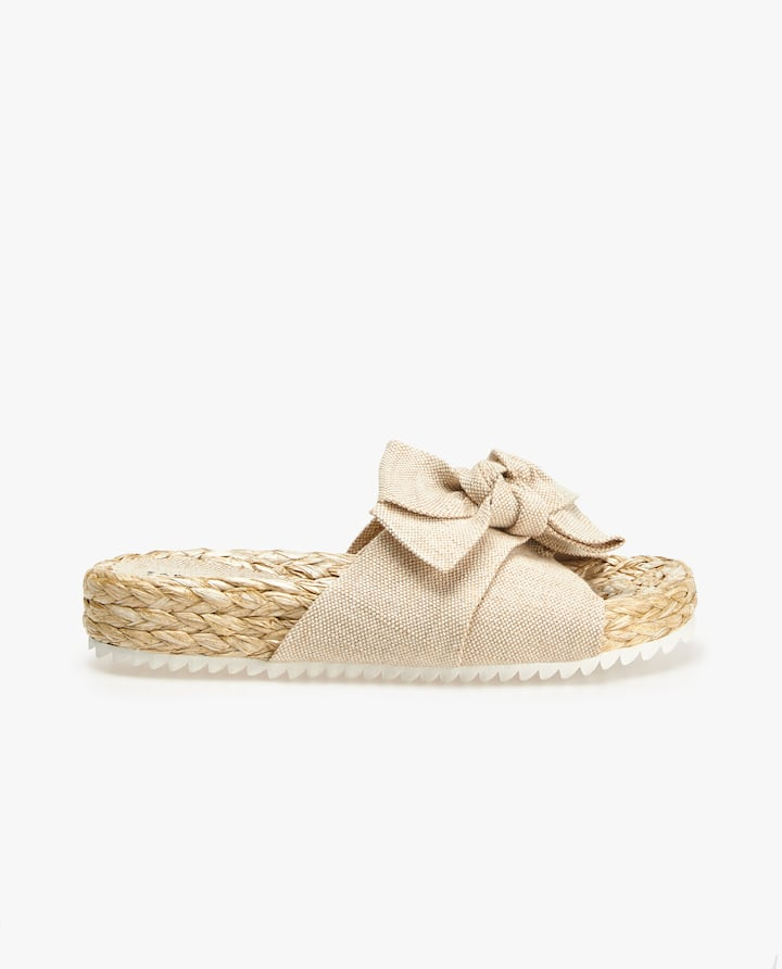 b94a908b951010 Image of the product RAFFIA SANDALS WITH BOW DETAIL