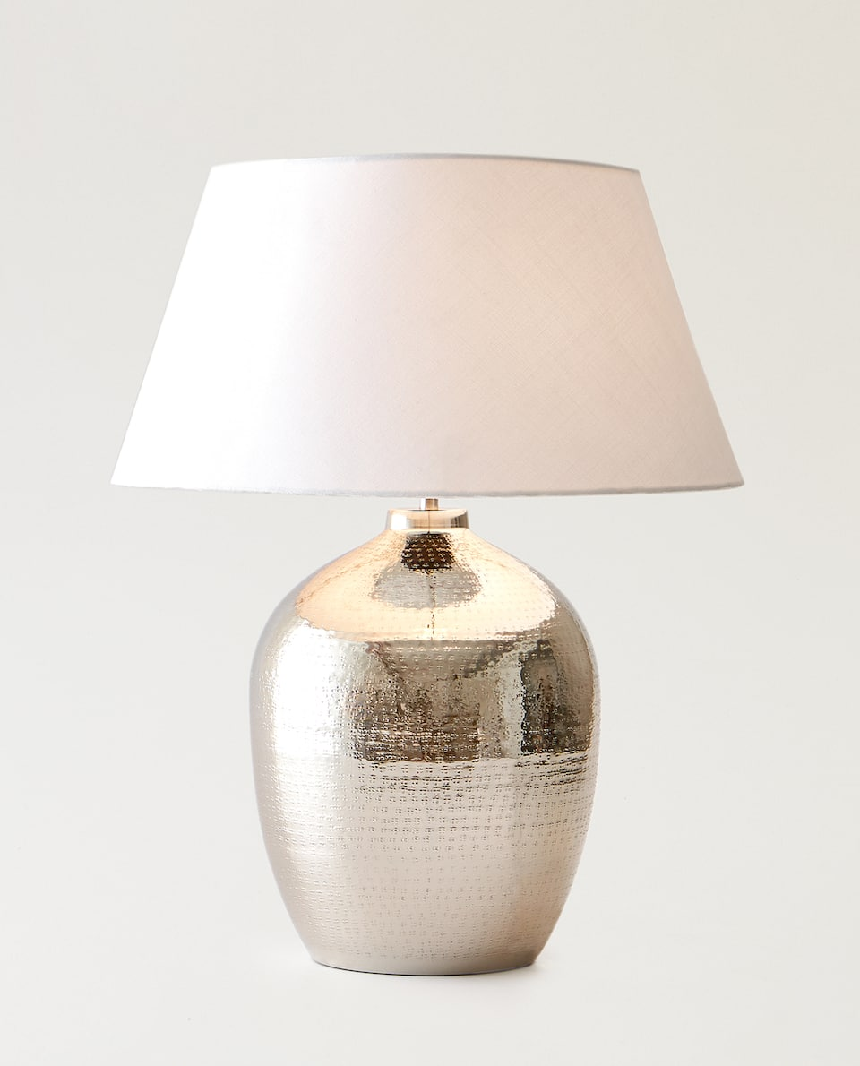 LAMPE AUS GEHÄMMERTEM METALL