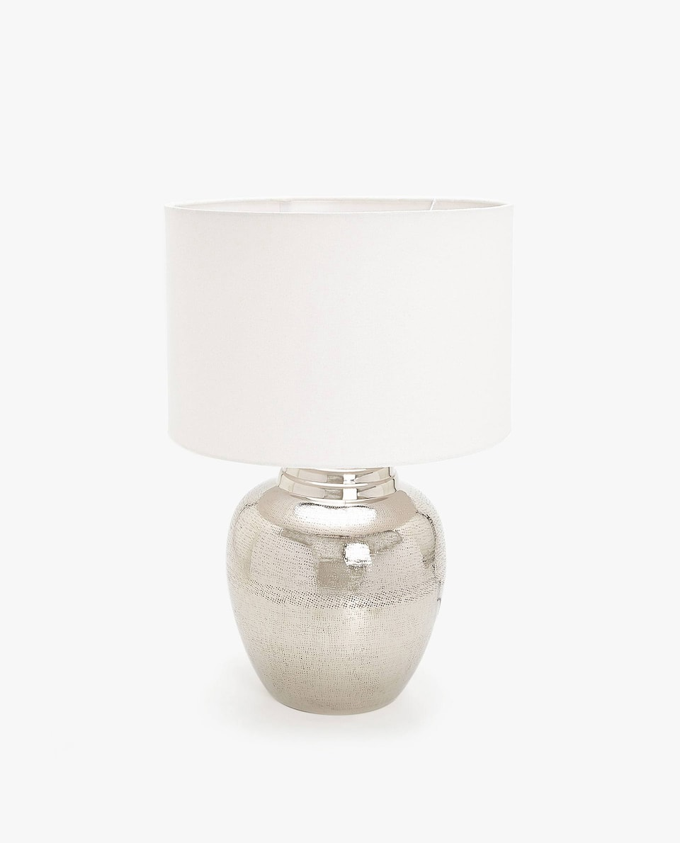 LAMP WITH A HAMMERED METAL BASE