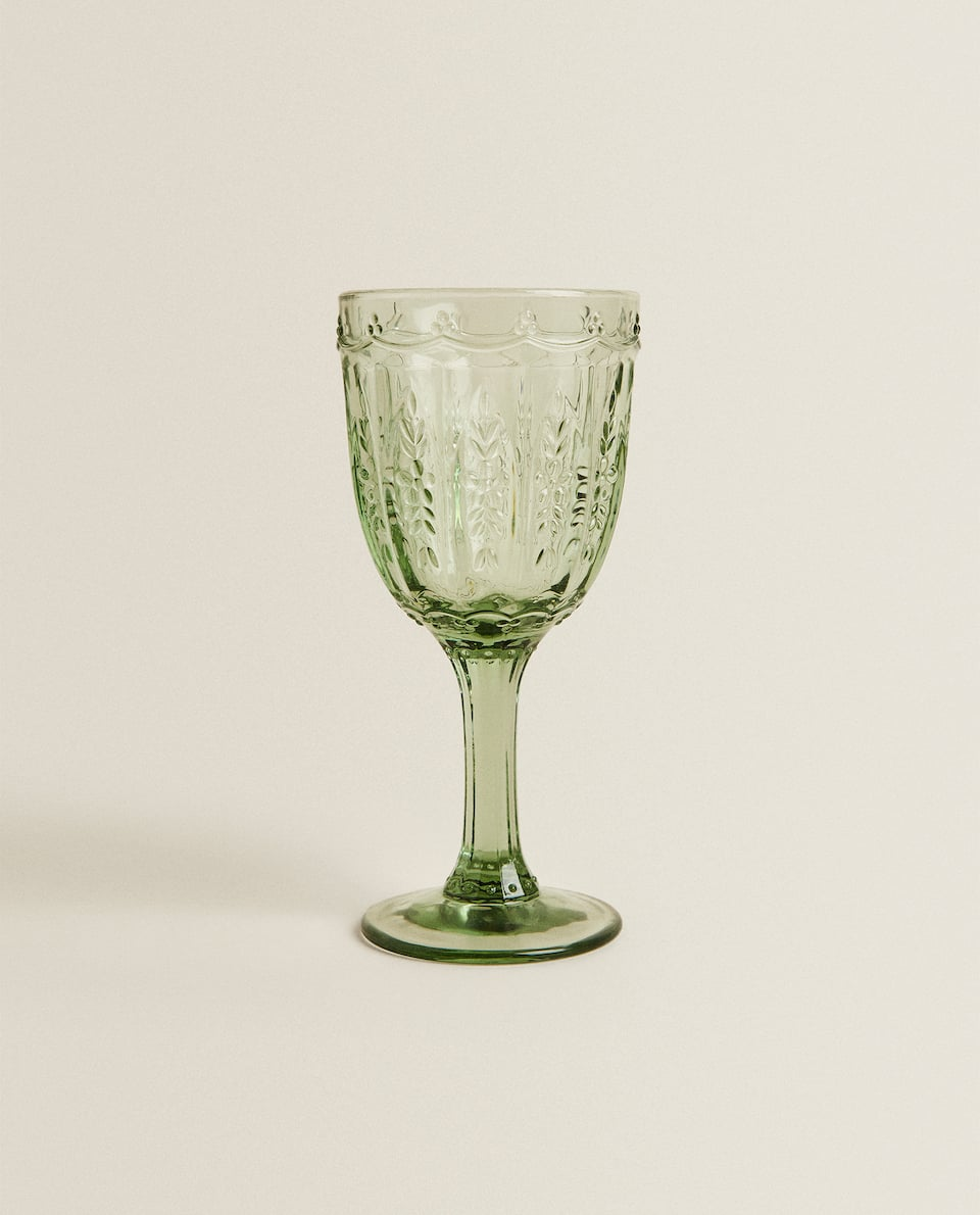 WINE GLASS WITH ENGRAVED LEAVES