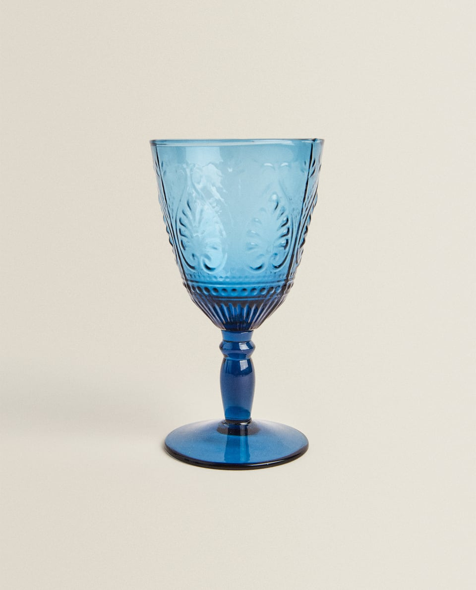 TINTED WINE GLASS WITH RAISED DESIGN