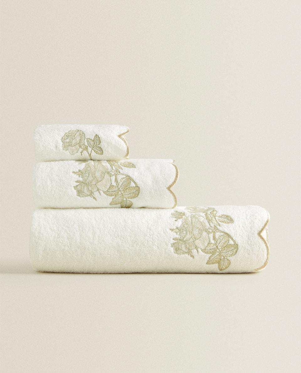 منشفة مطرزة بالأزهار