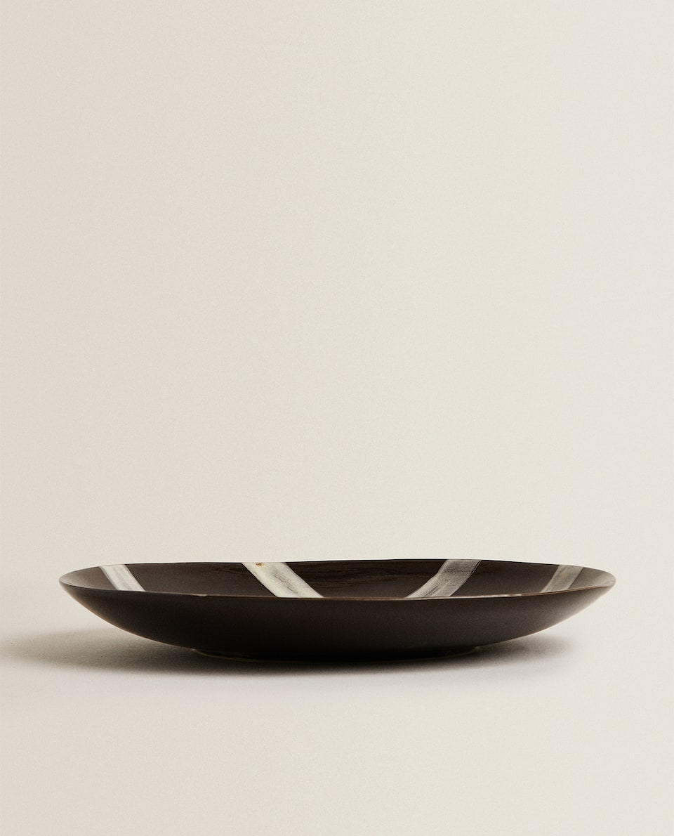 STONEWARE SERVING DISH WITH LINEAR DESIGN