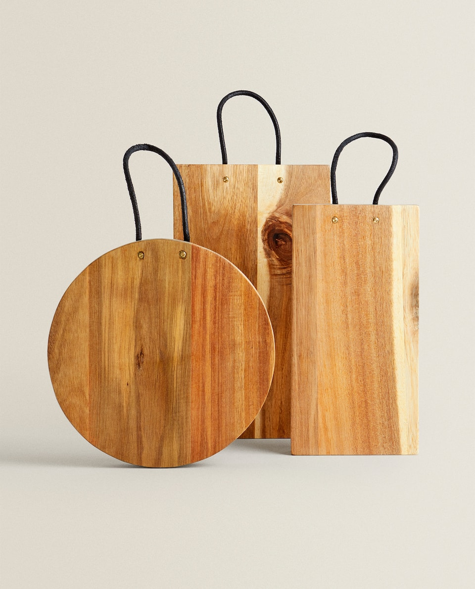 WOODEN CUTTING BOARD WITH LEATHER HANDLE