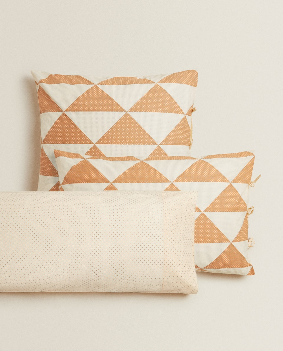 REVERSIBLE TRIANGLE DESIGN PILLOWCASE