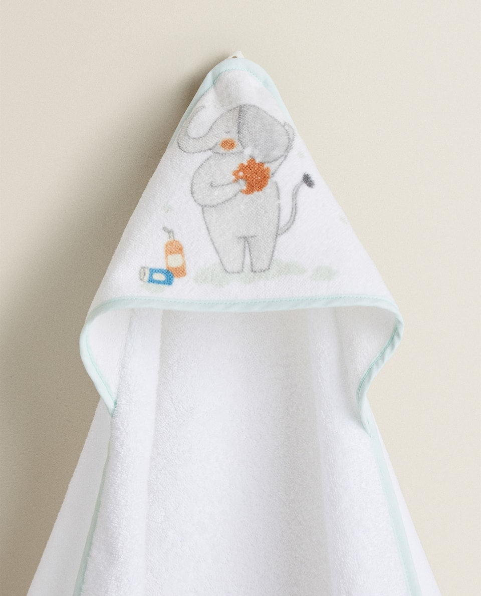 HOODED TOWEL WITH SHOWERING ELEPHANT