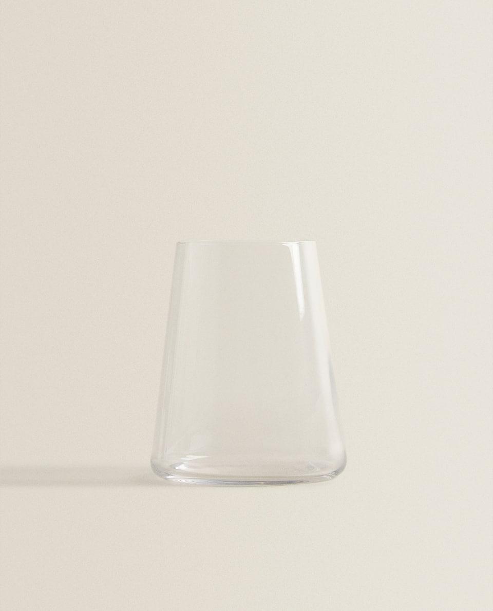 كأس زجاجي مخروطي