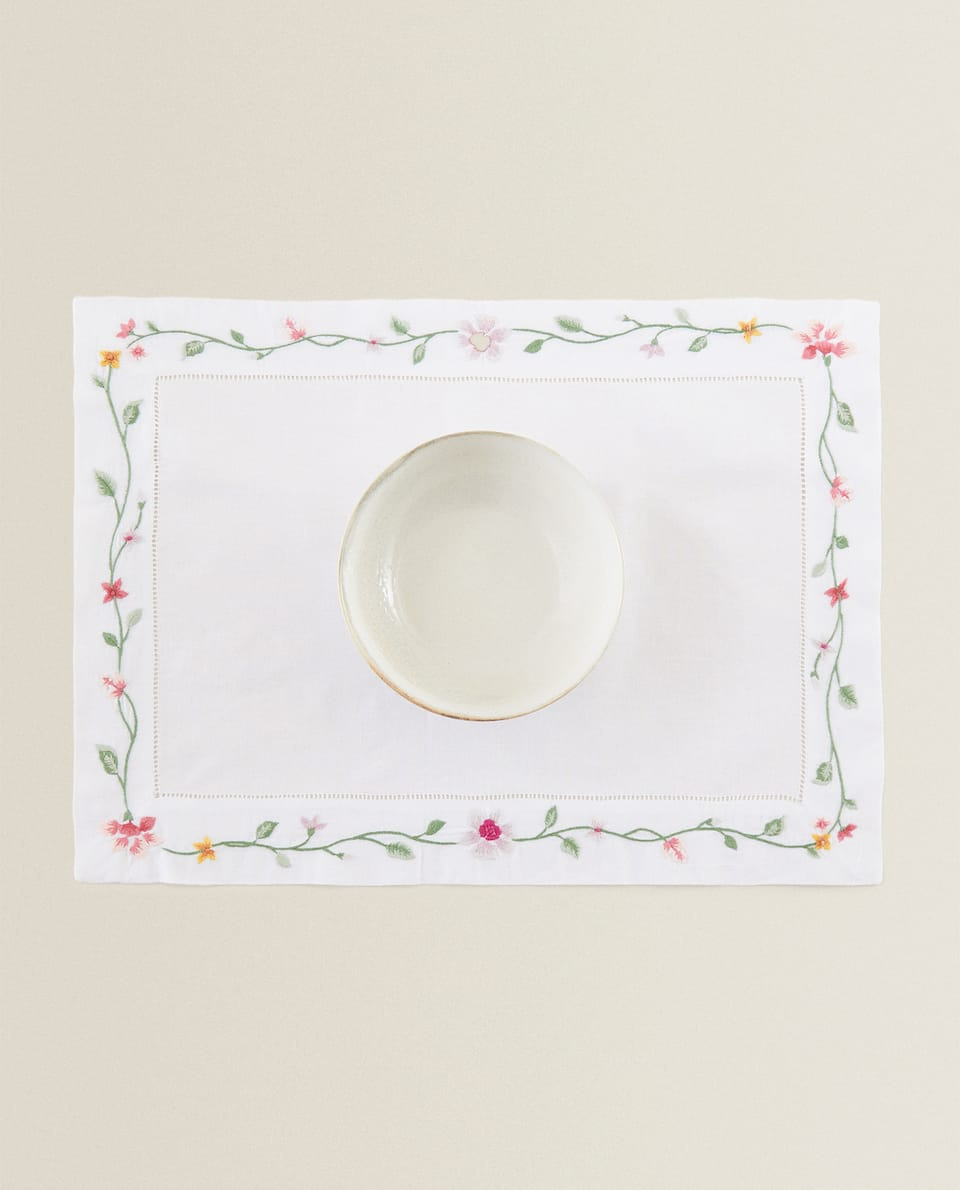 PLACEMAT WITH FLORAL EMBROIDERY