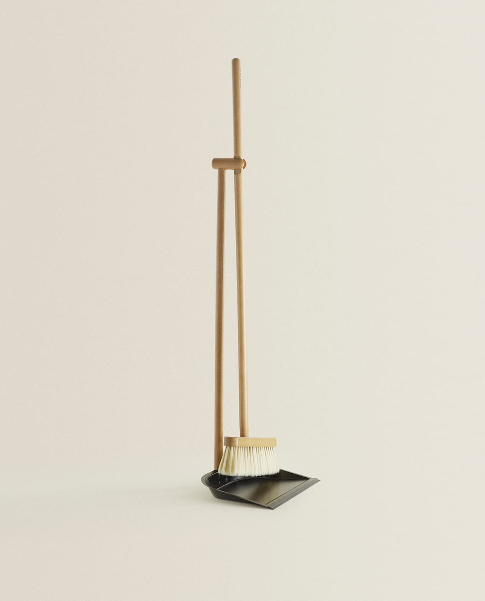WOODEN DUSTPAN AND BRUSH SET