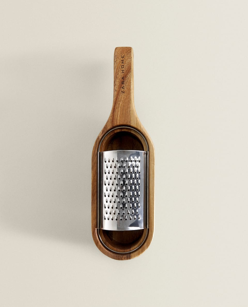GRATER WITH WOODEN BASE