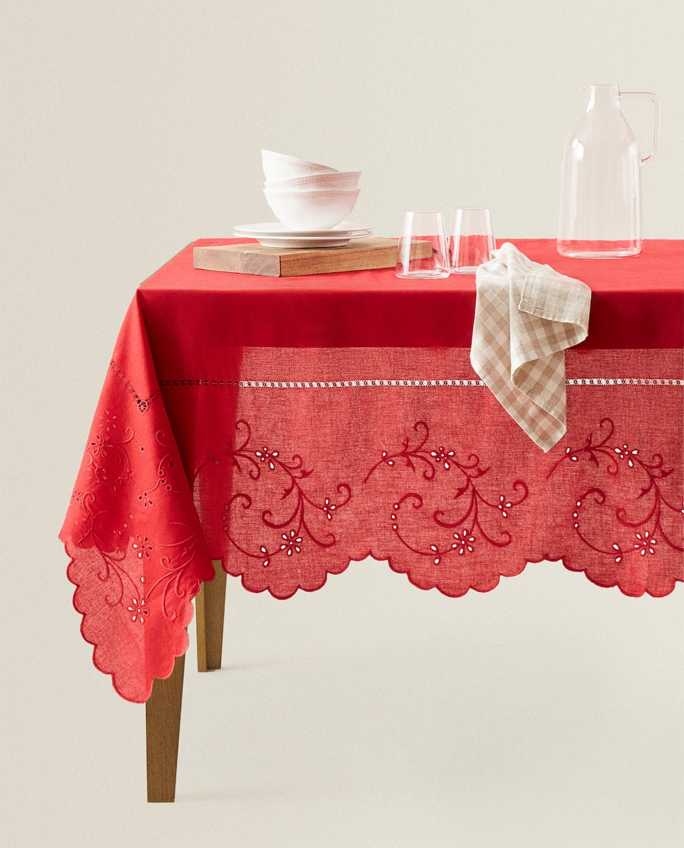 EMBROIDERED TABLECLOTH WITH SCALLOPED EDGE