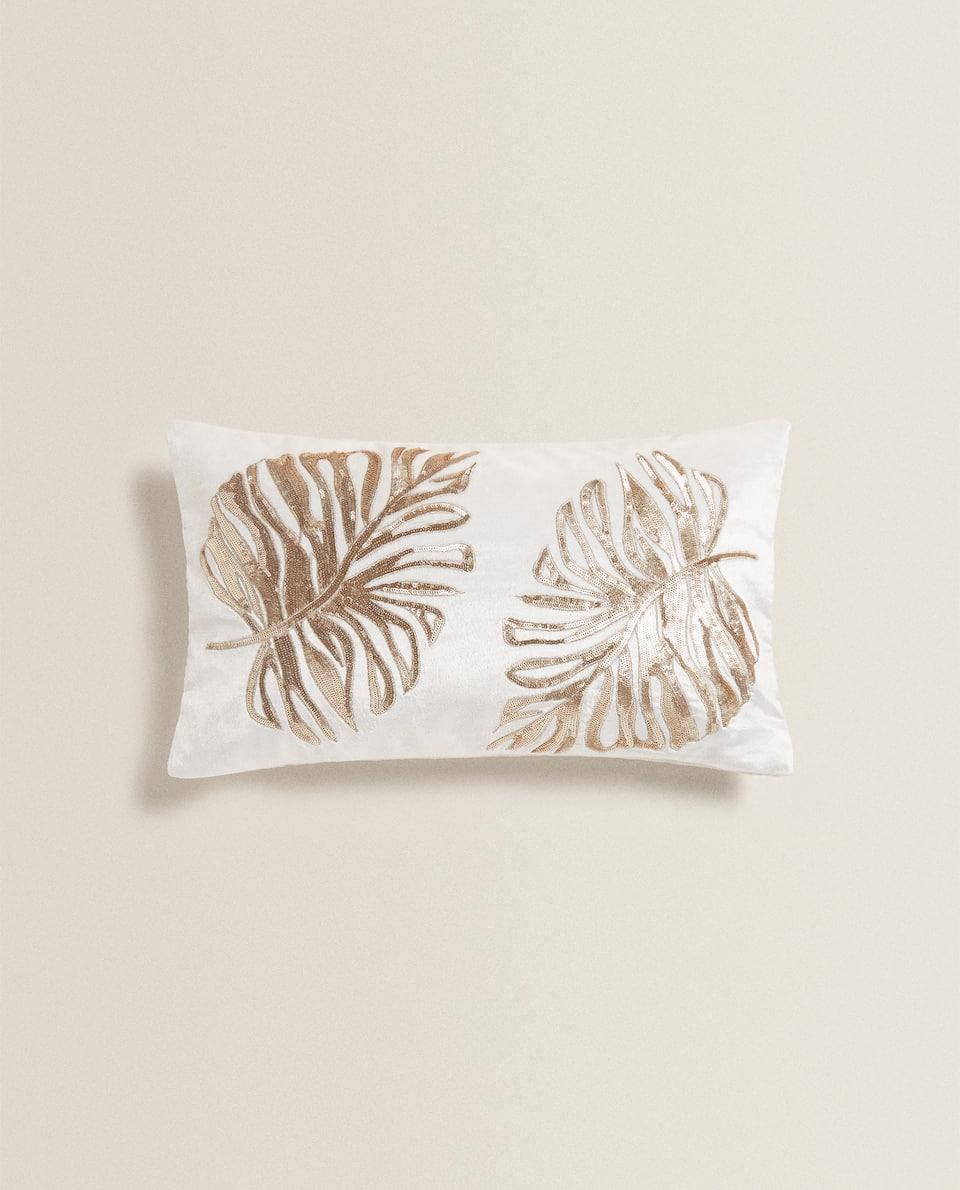 غلاف وسادة مخمل مزين بأوراق نباتية