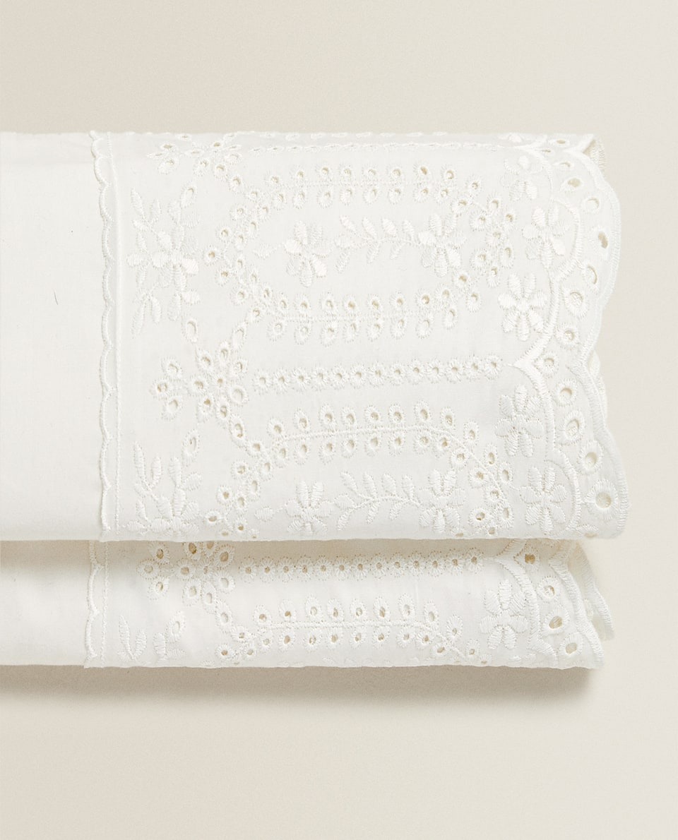 FLAT SHEET WITH EMBROIDERED LACE TRIM