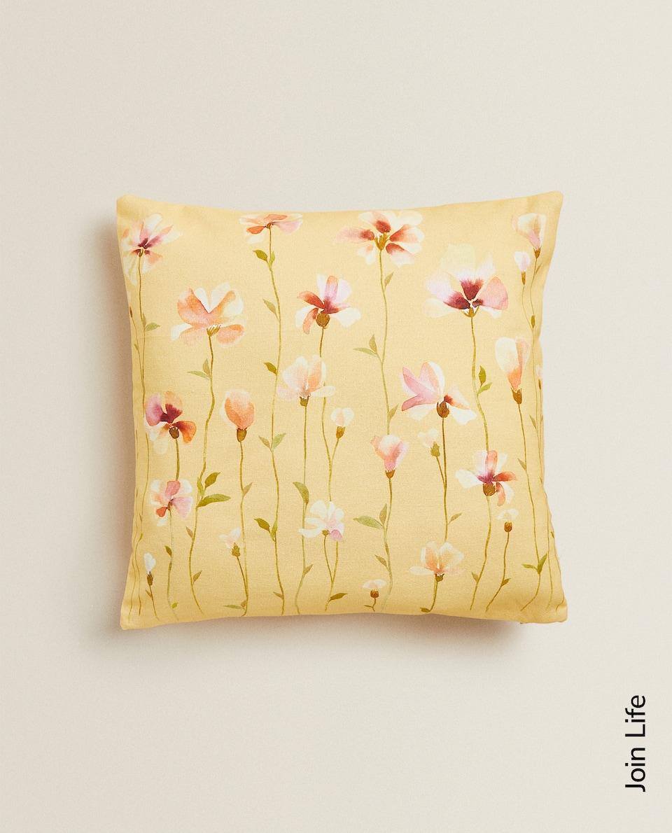 غلاف وسادة بطبعة الأزهار