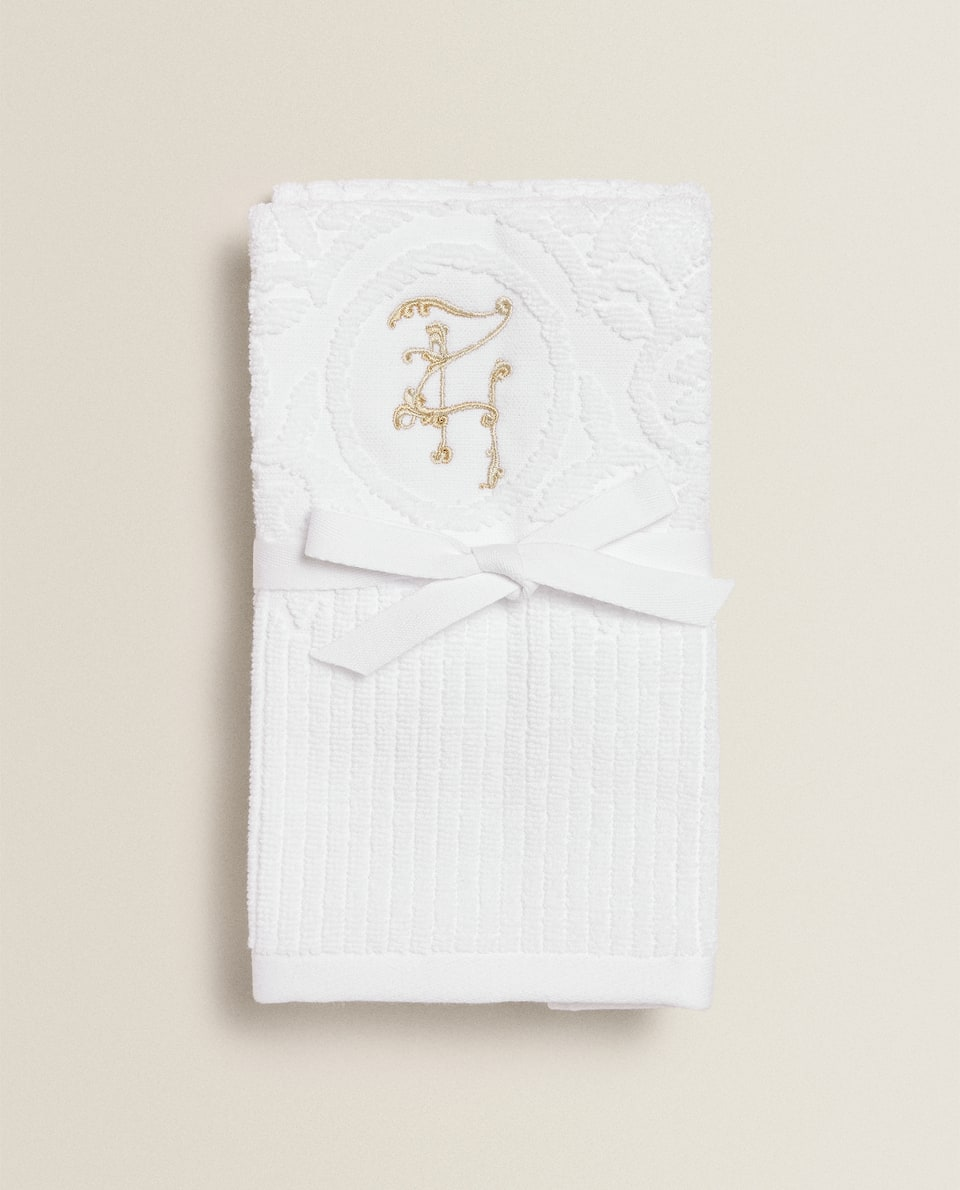 منشفة مزينة بحروف مطرزة (حزمة من 2 قطعة)