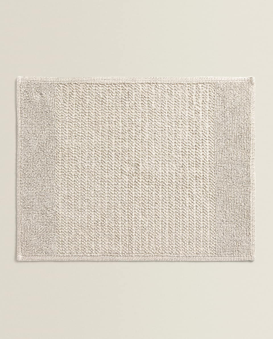 BATH MAT WITH A LINED DESIGN