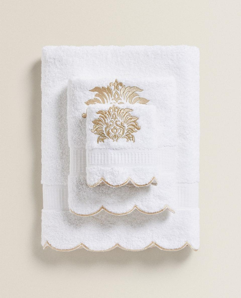 منشفة مع تطريز ذهبي