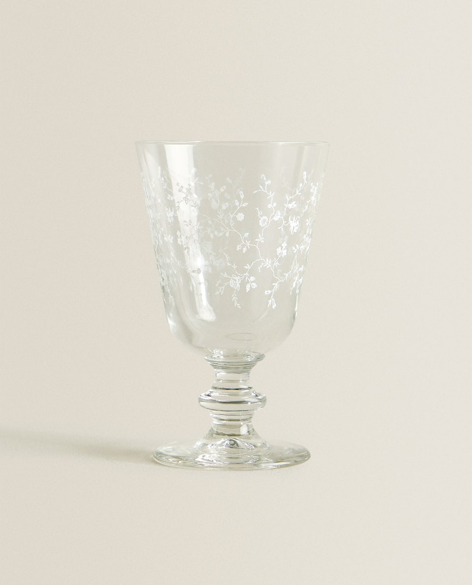 WINE GLASS WITH WHITE FLOWERS