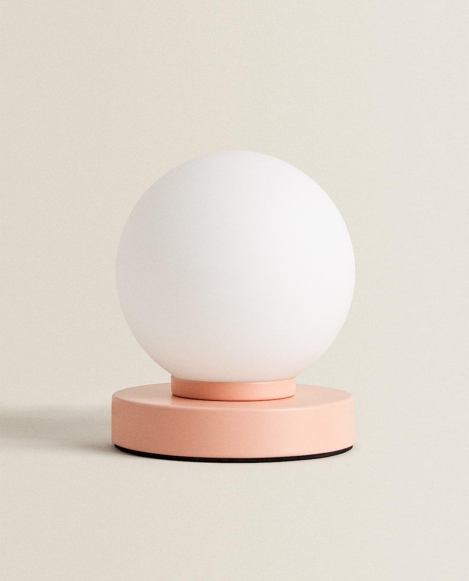 TOUCH-LAMPA UTFORMAD SOM EN BOLL