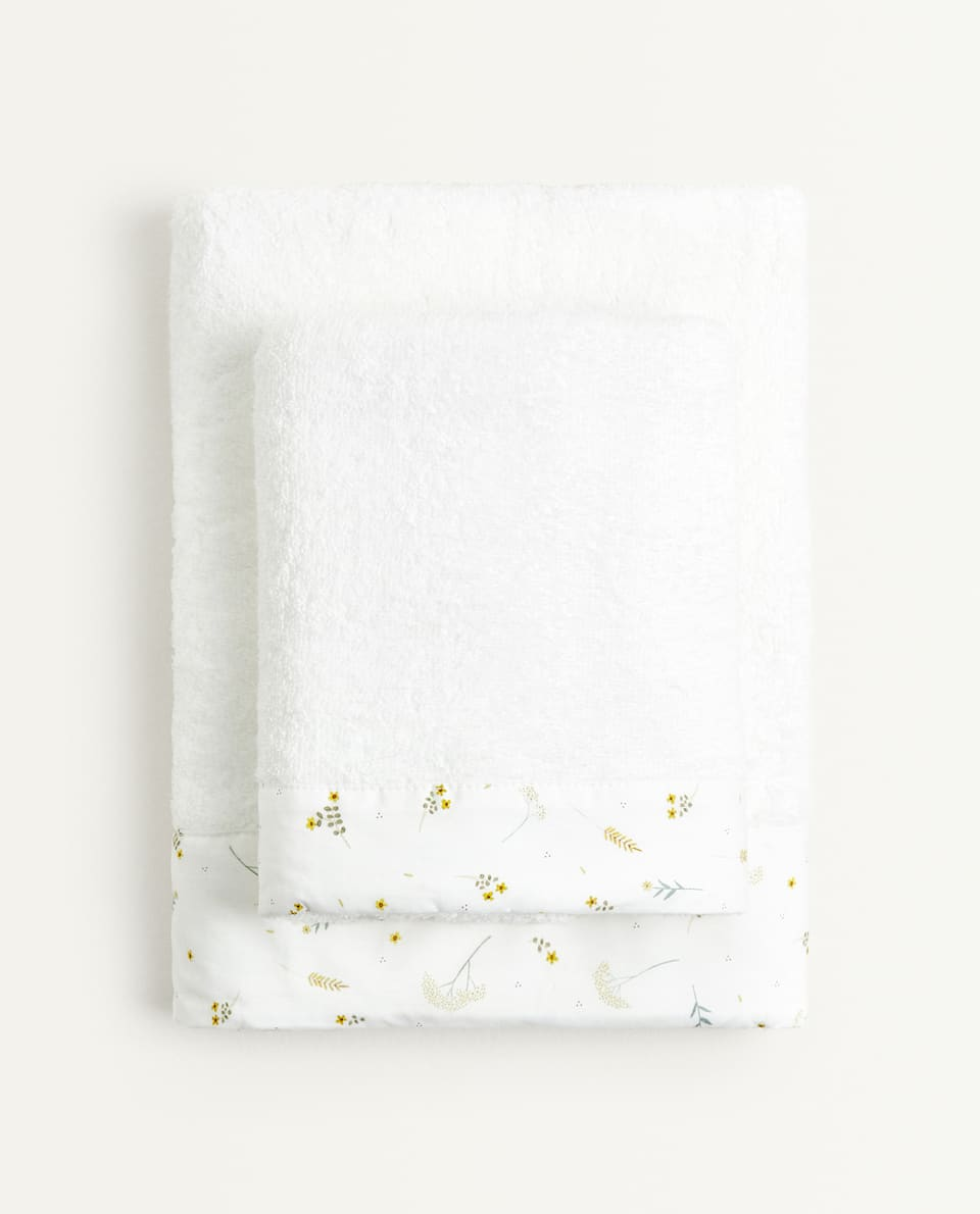 TOWEL WITH LEAF PRINT ALONG THE BORDER