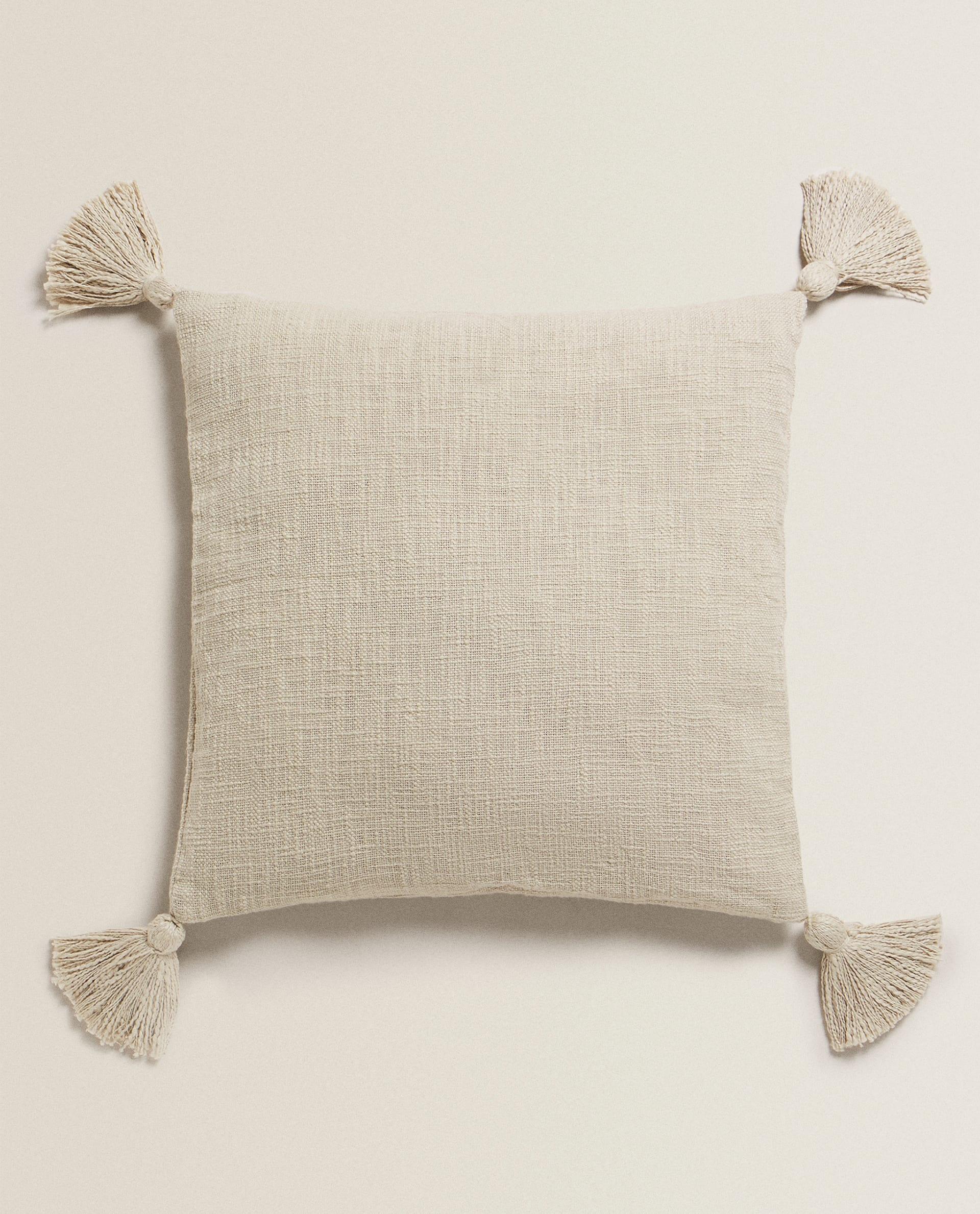 Zara Home Cuscini.Federa Da Cuscino Con Pompon Stoviglie E Posate Ora Della