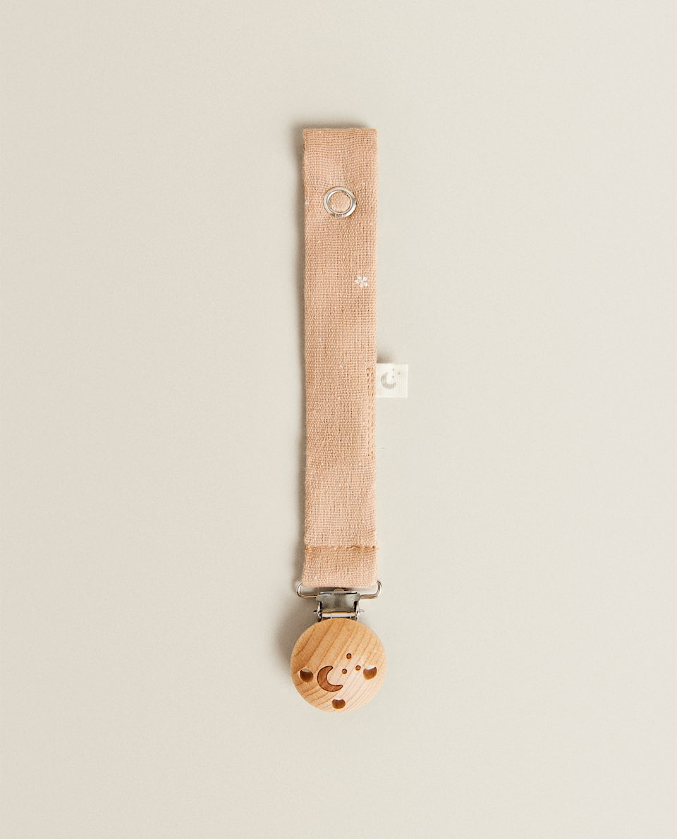 WOODEN SOOTHER CLIP WITH MUSLIN RIBBON