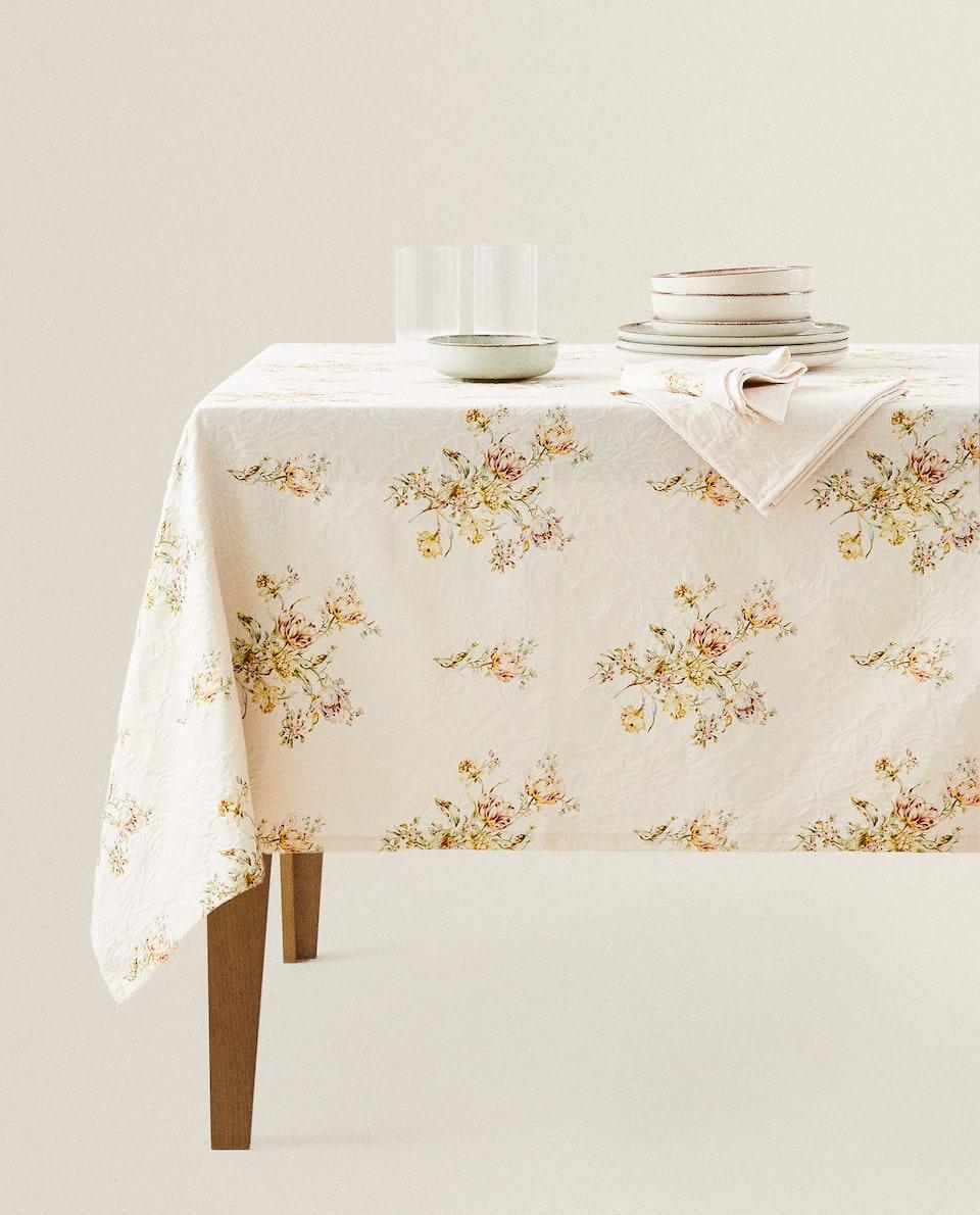 مفرش مائدة بتصميم أزهار من الجاكار