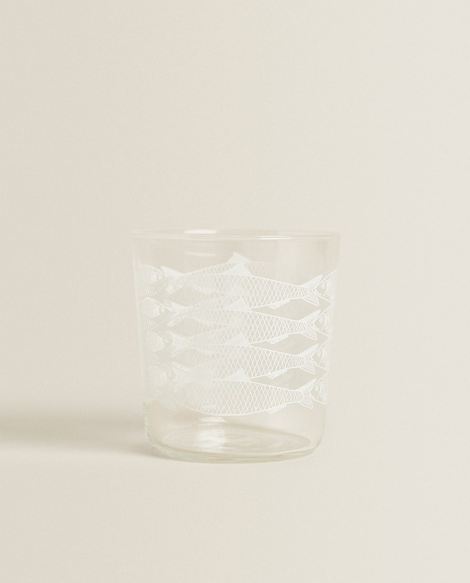 GLASS TUMBLER WITH FISH TRANSFER