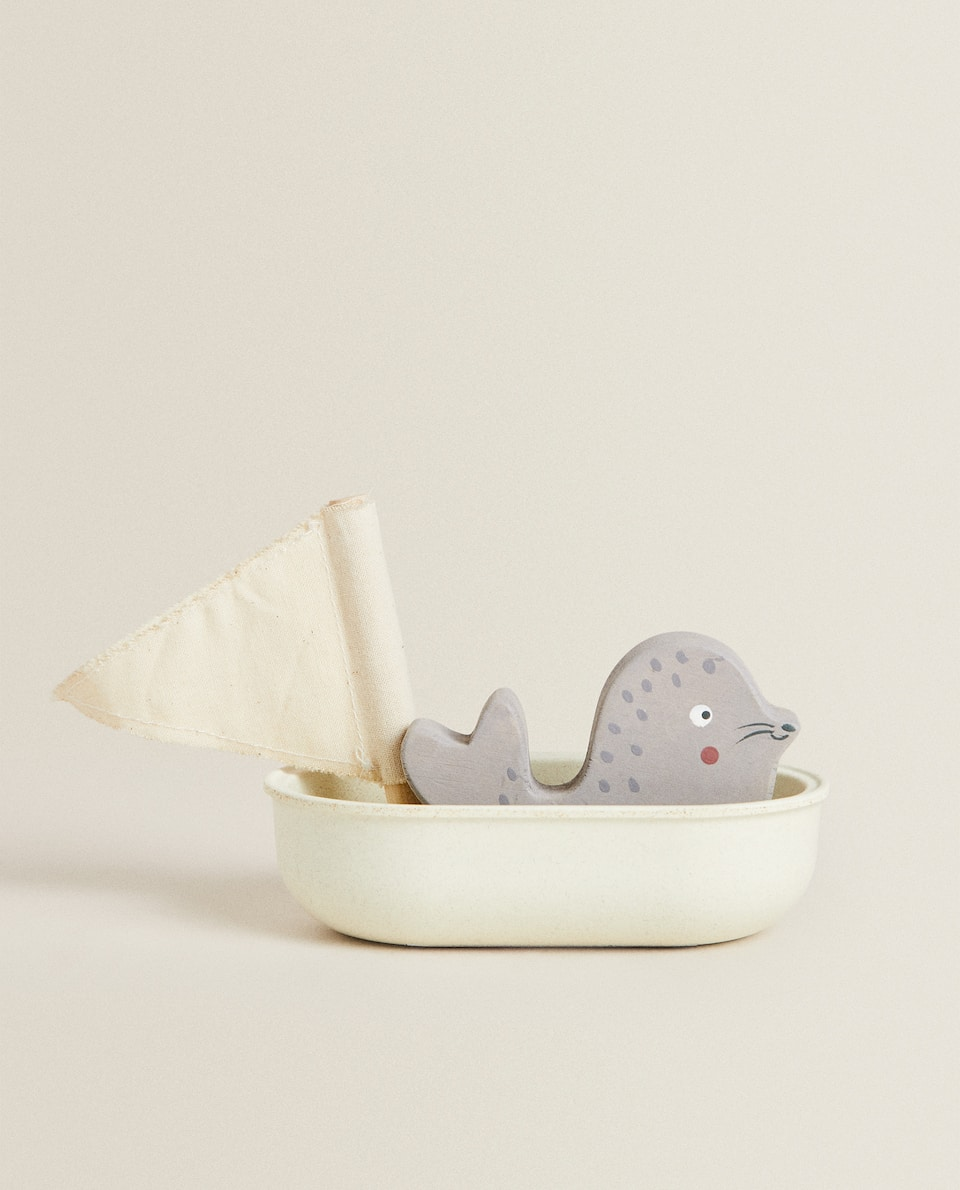 FLOATING TOY BOAT