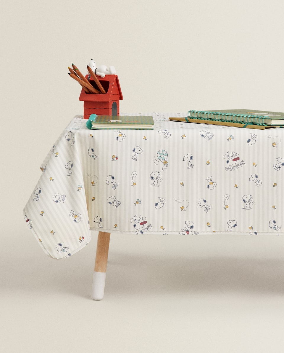 LAMINATED SNOOPY TABLECLOTH